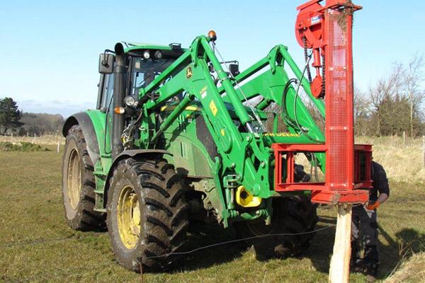 Zaunbau - Traktor mit Pfahlramme